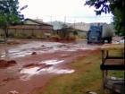Caminhão tenta trafegar em rua alagada e fica atolado em Três Lagoas