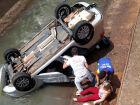 Carro cai no córrego Fazendinha após colisão de veículos
