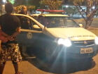 Rapaz é espancado por rival ao esperar namorada em portão de escola