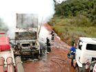 Fogo destrói carreta de eucalipto em área de plantação