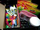Para ajudar famílias carentes, amigas arrecadam material escolar usado e montam kits