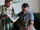 Idoso de 84 anos doa 100 livros para escolas públicas em Três Lagoas
