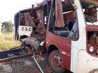 Ônibus escolar fica destruído após colisão com trem; ALL emite nota