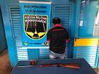 Polícia encontra carabina e munições escondidas em caminhonete