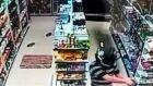 Bandido aponta revólver contra a cabeça de dono de farmácia
