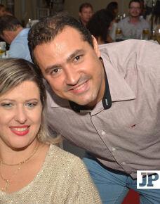 """O casal Luciano Ferreira e Viviane Gomes comemoraram no último sábado, 27 de maio, """"bodas de cristal"""". A celebração dos 15 anos de casamento foi na residência do casal, com muito romantismo e ao lado de amigos e familiares. O cantor Adelvan Nuves proporcionou a animação da festa com boa música."""