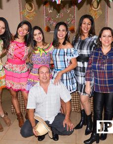 """A Interclínicas Integradas realizou seu tradicional """"arraiá"""", no sábado, dia 29. A ocasião reuniu amigos e familiares em uma noite especial. Além de uma decoração impecável, a festa contou com a animação de todos que estavam presentes."""