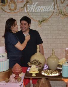 O casal de médicos  Dra, Priscila Scatena Costa e Dr. Marco Augusto Yanasse Trajano dos Santos, reuniu amigos e familiares no chá da Manuela, que foi realizado na Associação Médica.