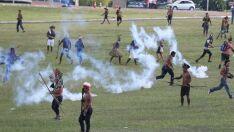 Índios protestam no Congresso Nacional e polícia reage com gás