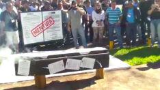 Policiais queimam caixão em frente a governadoria