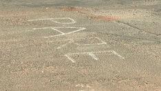 Por falta de sinalização, moradores escrevem de giz 'Pare' em cruzamento