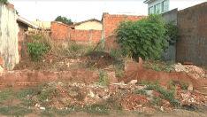 Lixo e mato alto em terrenos causam preocupação em moradores do Vila Alegre