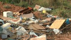 Indignada com a sujeira, moradora declara que 'rua está um verdadeiro lixão'
