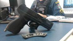 Mentindo ser policial, homem ameaça moradores com pistola