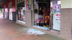 Loja de variedades em avenida tem porta de vidro quebrada durante furto
