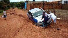 Carro do JPNEWS fica preso em buraco durante reportagens em bairros