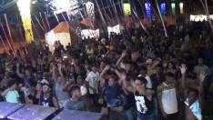 Foliões se divertem em Carnaval no Arenamix