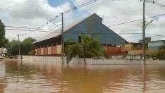 Famílias são resgatadas da enchente em Aquidauana