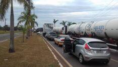 Sem pátio adequado, caminhões formam fila próximo ao Posto Fiscal