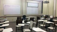 Alunos abandonam sala de aula durante protesto