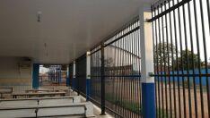 Após atos de vandalismo, escola tem grades de ferro instaladas