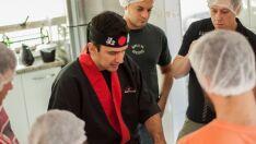 'Nós adaptamos os pratos no Brasil', afirma professor de culinária japonesa