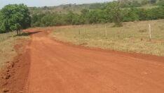 Micro-ônibus tomba em estrada rural com quatro alunos dentro
