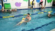 Aulas de natação têm metodologia do medalhista Gustavo Borges