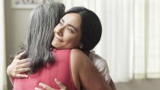 Estudo confirma que ganhar um abraço melhora, sim, um dia ruim