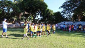 Mais de 150 crianças participam de escolinha de futebol de campo em Aparecida do Taboado