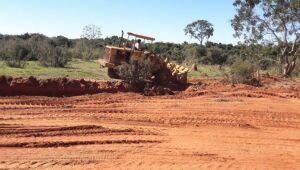 Estradas rurais precárias recebem cascalhamento