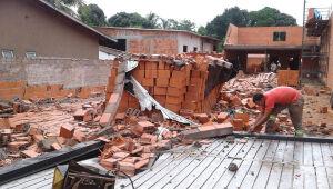 Chuva e vento forte causam destruição em obra em Três Lagoas