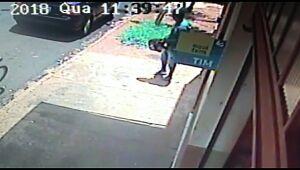 Idoso é baleado na perna durante assalto e três suspeitos são presos