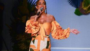 Anitta abre SPFW cantando MPB ao vivo