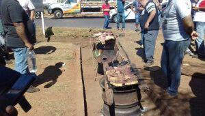 Como forma de protesto, caminhoneiros fazem churrasco em rodovia de Três Lagoas