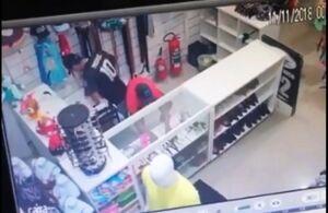 Ladrões arrombam loja no Centro e levam dinheiro do caixa; veja vídeo