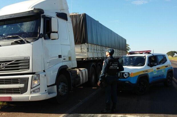 Rádio Patrulha prende motorista que transportava cigarros contrabandeados