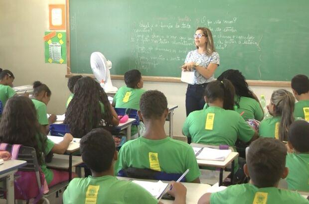 Alunos passam mal em salas sem ventilador e professores levam de casa