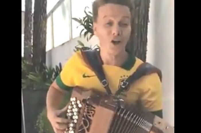 Michel Teló grava jingle sobre Brasil e México