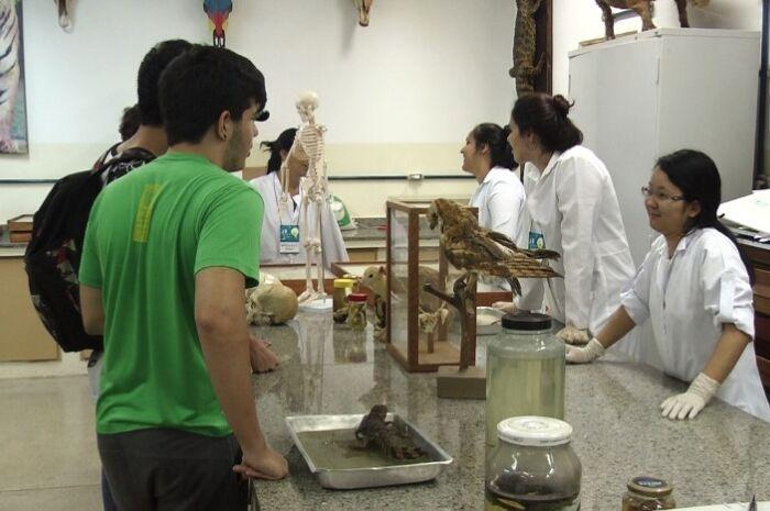 Feira de profissões em universidade de Três Lagoas orienta alunos sobre mercado de trabalho