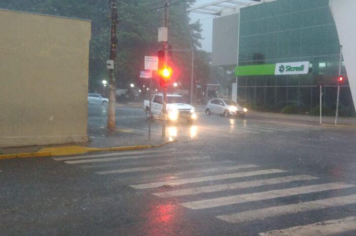 Sexta-feira tem chuva e queda de temperatura
