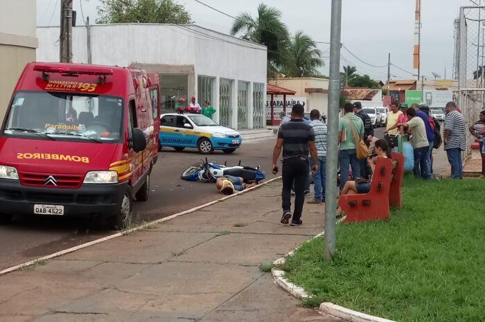 Mulher é atropelada por moto e tem fratura exposta no braço