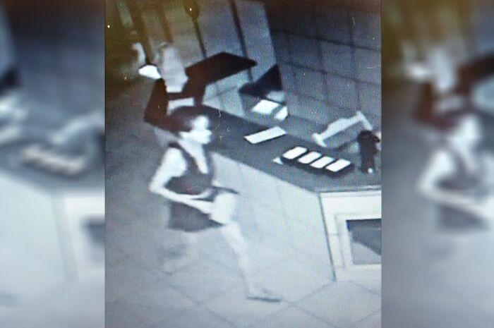 Mulher é filmada durante furto a loja