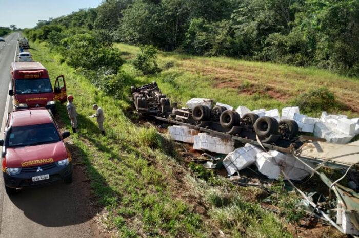 Carreta carregada com celulose tomba na rodovia BR-158
