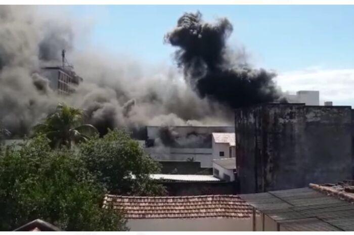 Incêndio consome estoque de loja de variedades em Corumbá