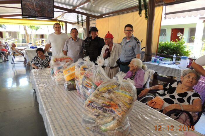 Idosos recebem cestas básicas arrecadadas pela Polícia Militar