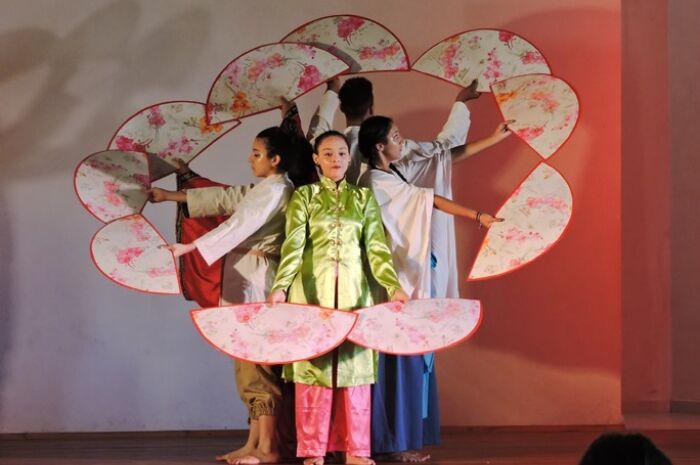 Três Lagoas é palco do espetáculo 'Contos lá da China' neste domingo