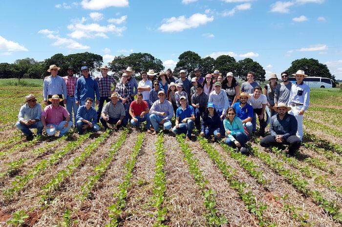 Alunos da Unesp visitam campo experimental de soja