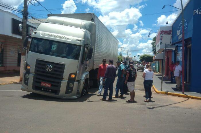 Asfalto cede e caminhão é 'engolido' por buraco no Centro