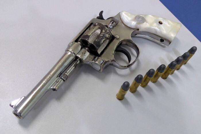 Vendedor armado é preso em flagrante com objetos furtados